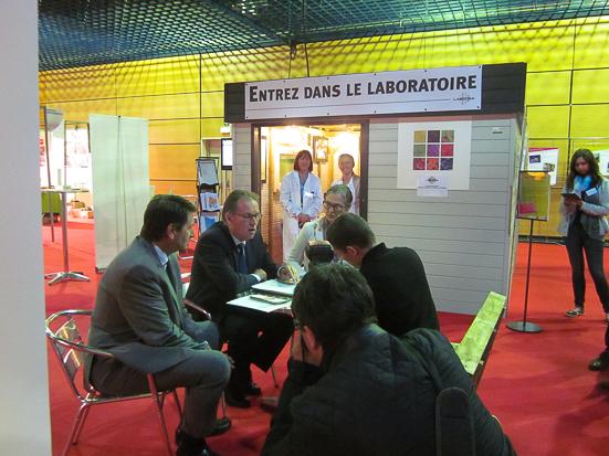 Alain CADEC, Président du département des Côtes d'Armor et Erven LEON, commission de développement économique devant le mini laboratoire LABOCEA au salon TERRALIES 2015, Saint-Brieuc.