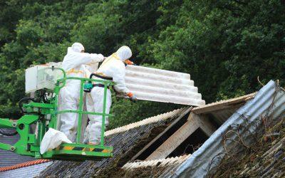 Ouvriers sur un chantier de désamiantage